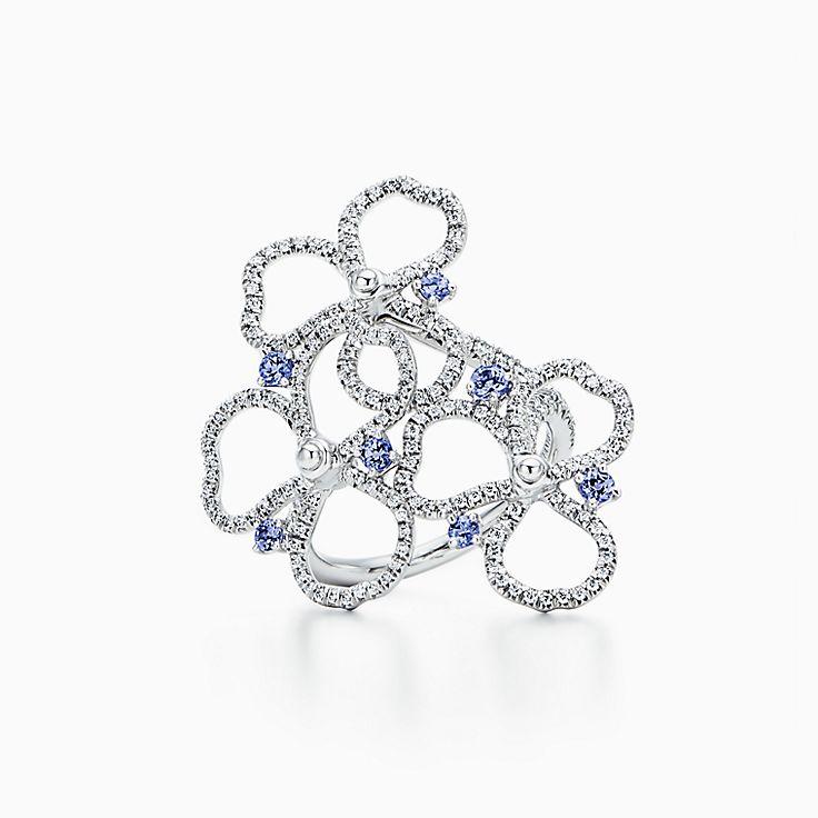 Tiffany Paper Flowers™ 花韵系列:镶嵌钻石及坦桑石镂空花朵戒指